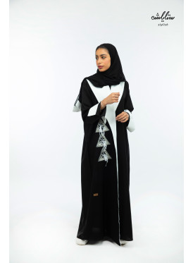 Kuwaiti wrapped abaya in black and white