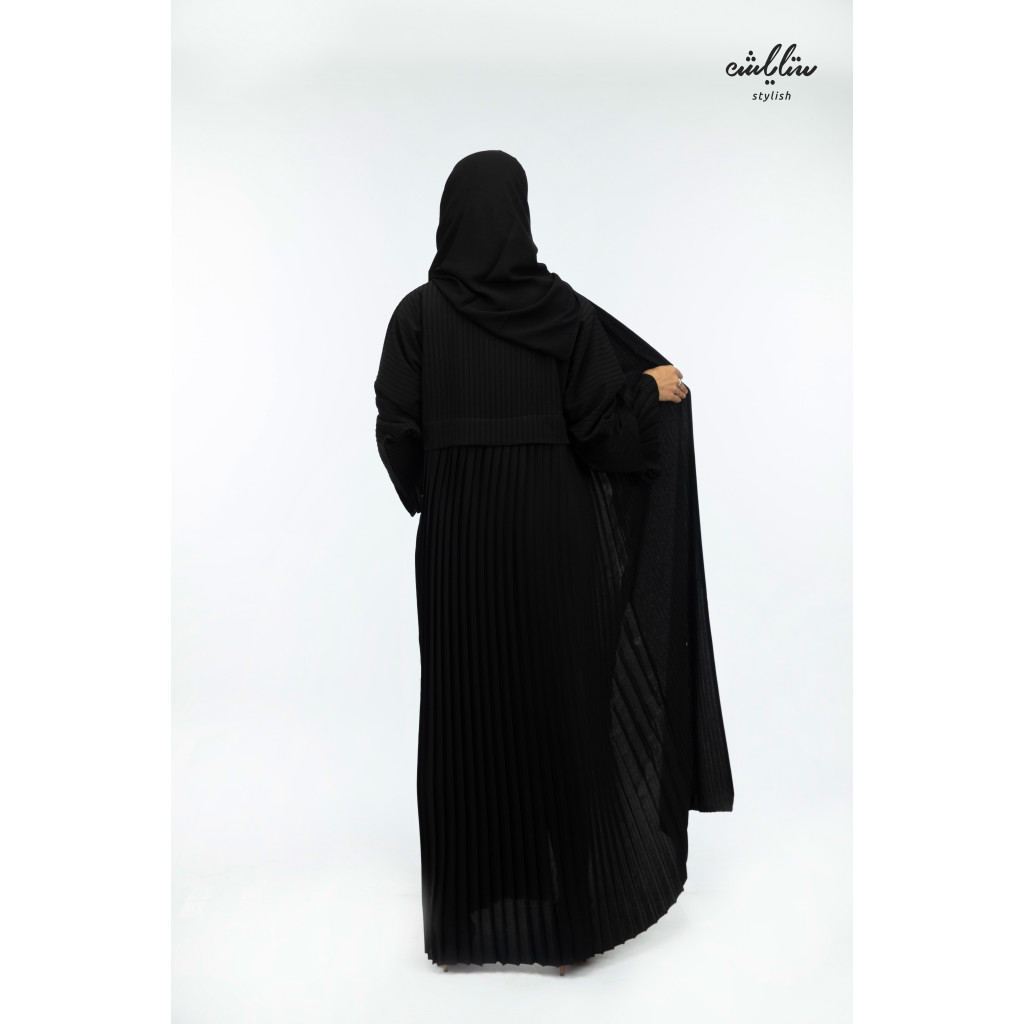 Panorama wrap abaya in black plisse on the sleeve