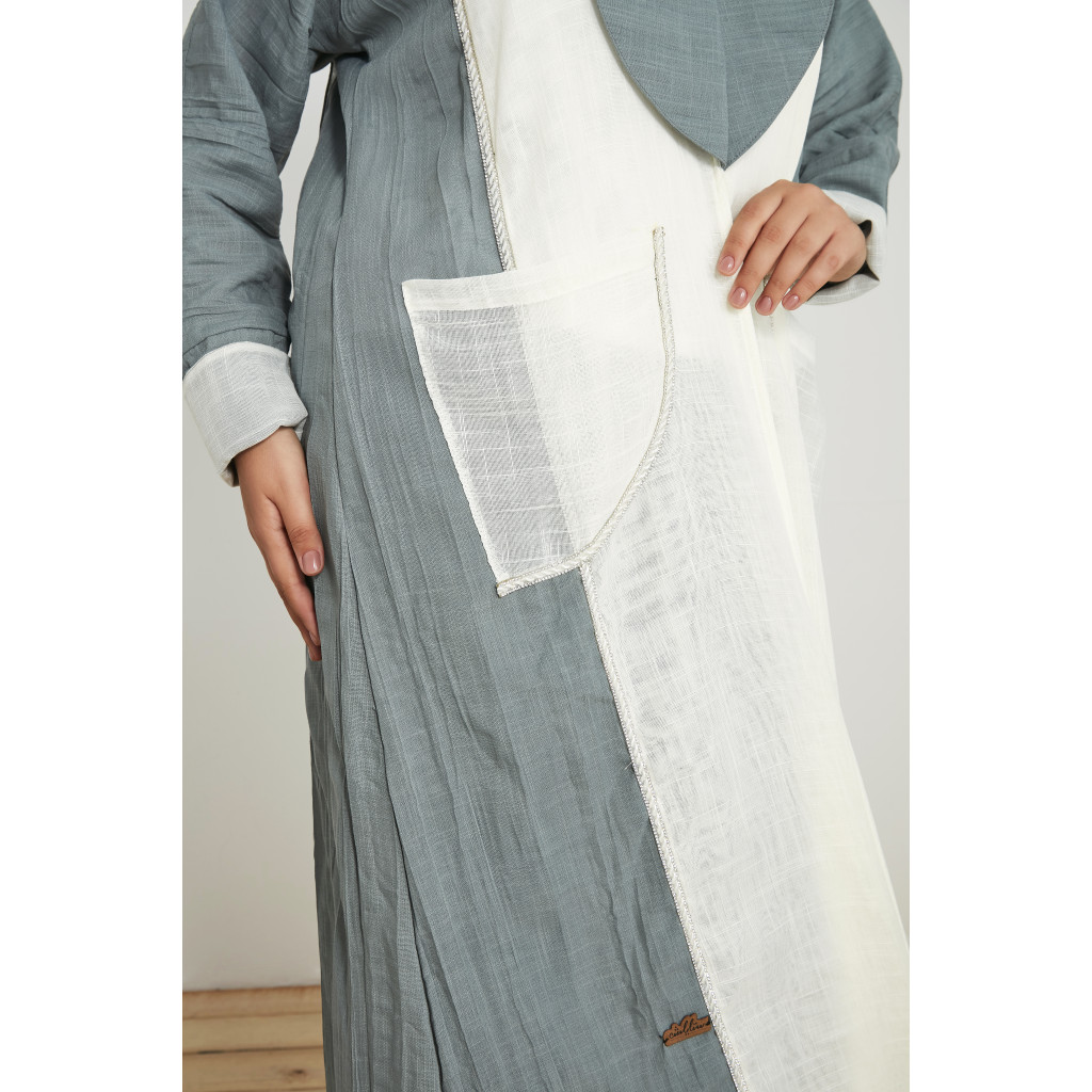 Abaya in cyan and white decorated with pockets
