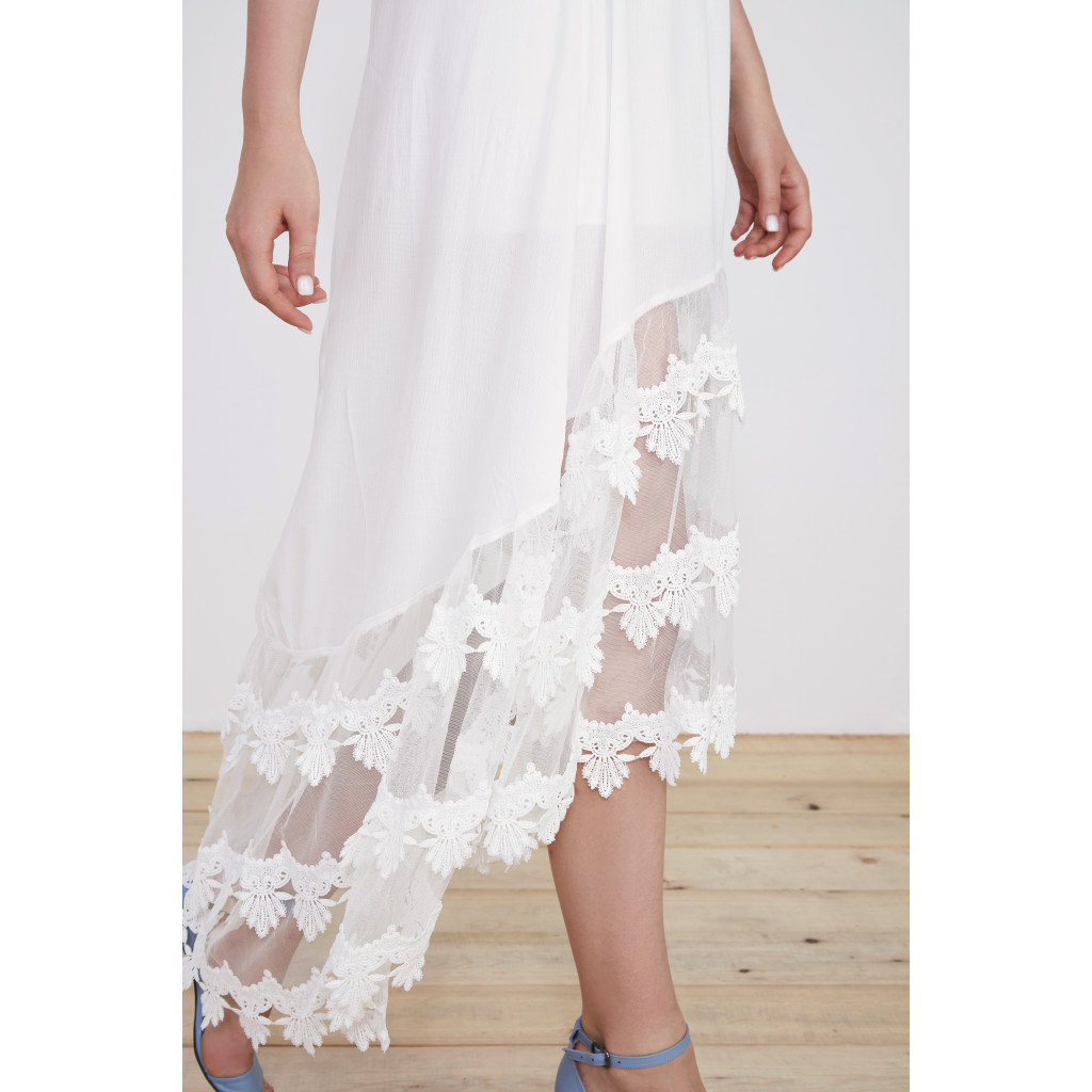 Two-piece set of lace-decorated top and flared skirt with lace hem