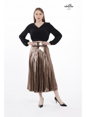 Attractive pleated skirt in striking gold tone with elegant belt
