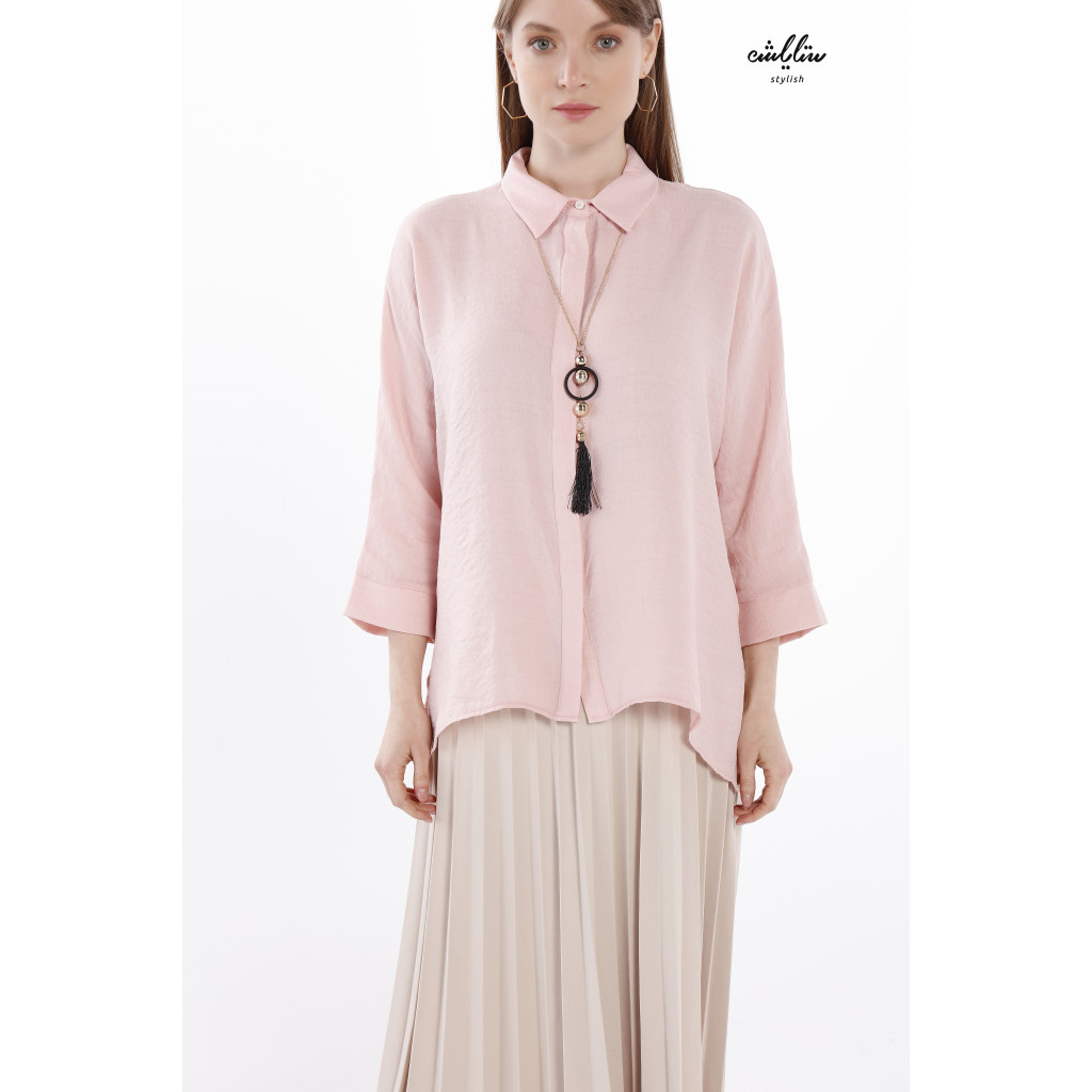 A loose-fitting pink blouse and formal collar for a casual look.