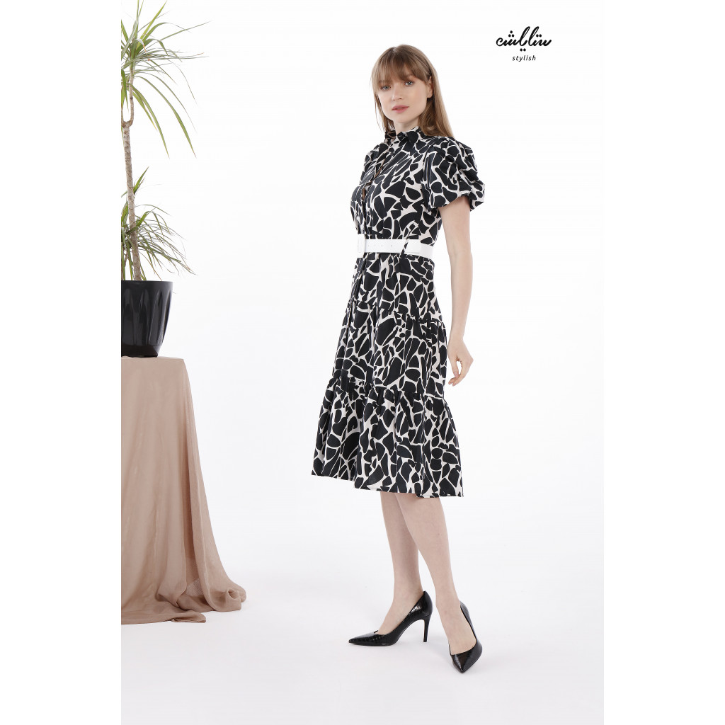 Elegant dress in flared cut and short sleeve embellished with leather strap.