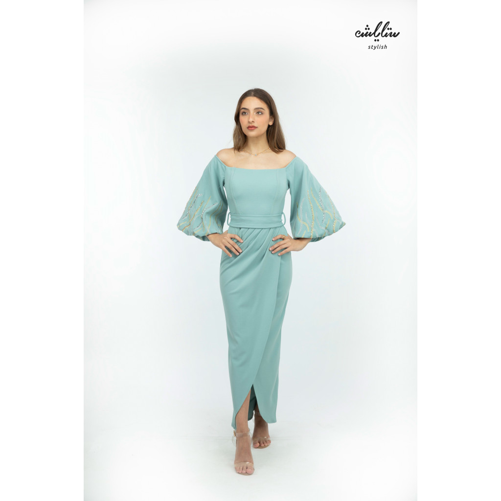 (Stretch) soft sky-colored off-shoulder dress with fine embroidery on the sleeves
