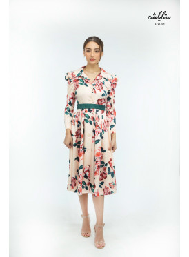 Midi dress decorated with floral prints.