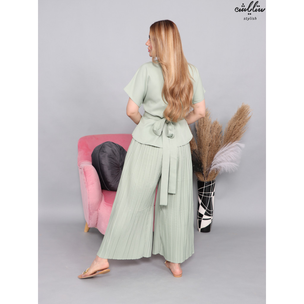 Elegant set of pleated pants and crystals on the neck