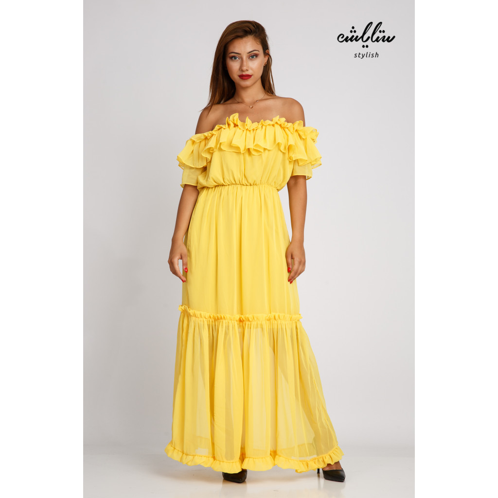 A yellow maxi dress with sleeves of schulder with a soft design and a stunning look