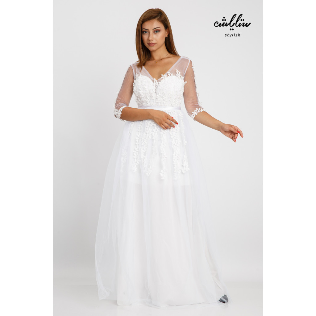 Elegant white dress with a wide cut and softness that accentuates the beauty of the rose-adorned chiffon