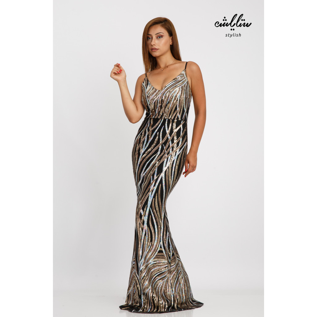 A long dress full of sophistication and femininity suitable for the evenings, bare shoulders in a tight sequin design