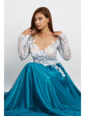 A luxurious dress that combines sophistication and elegance suitable for turquoise evenings decorated with prominent flowers and a touch of innovative lace embroidery and layers of satin and elegant tll