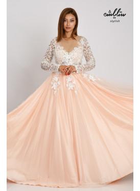 A luxurious dress that combines sophistication and elegance for the evenings decorated with prominent flowers and a touch of innovative lace embroidery and layers of satin and elegant tll