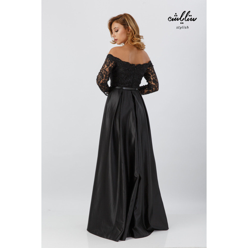 Stylish black dress with exposed shoulder suitable for elegant and soft evenings