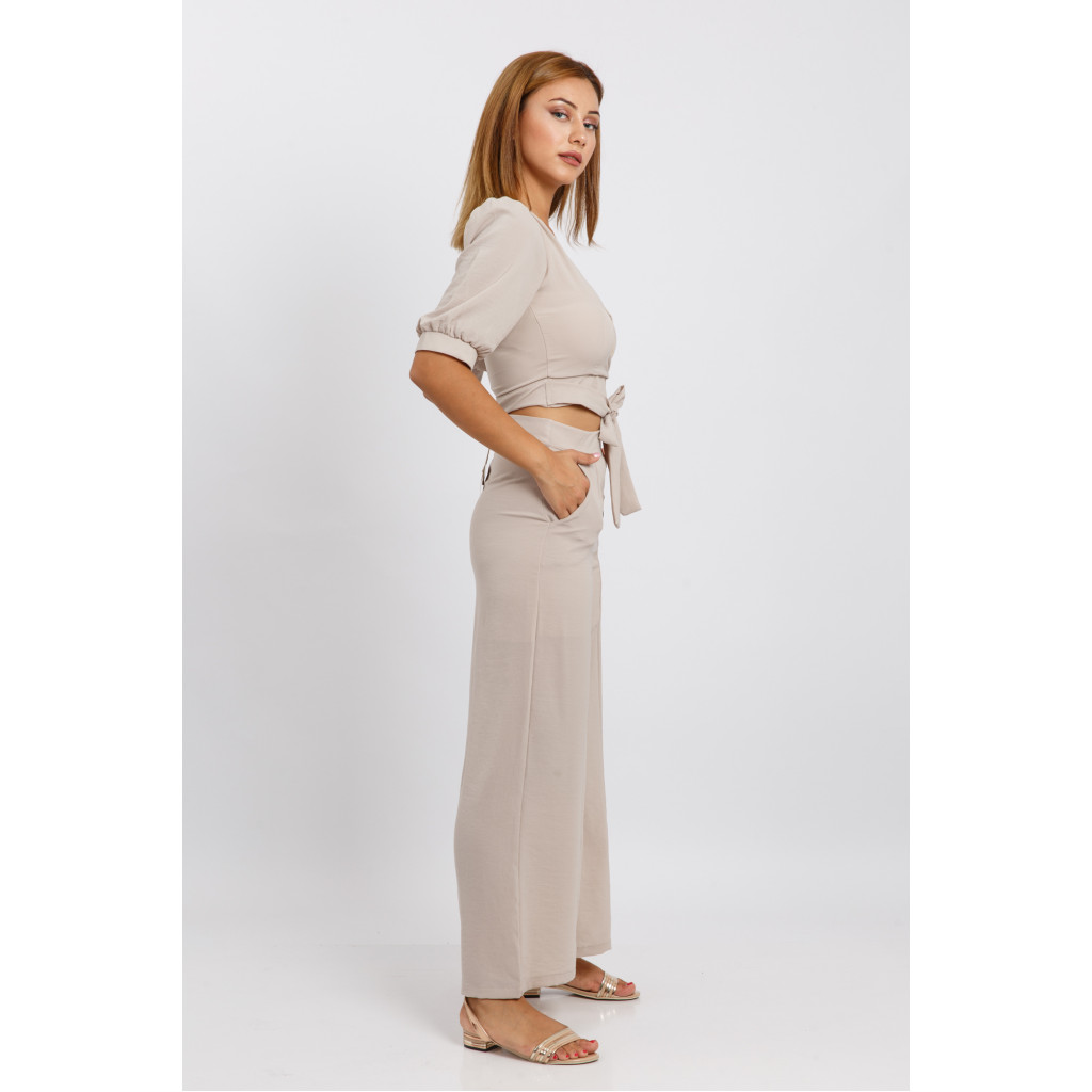 A beautiful off-white set with a stylish belt and high-west pants paired with side buttons for an attractive and striking look