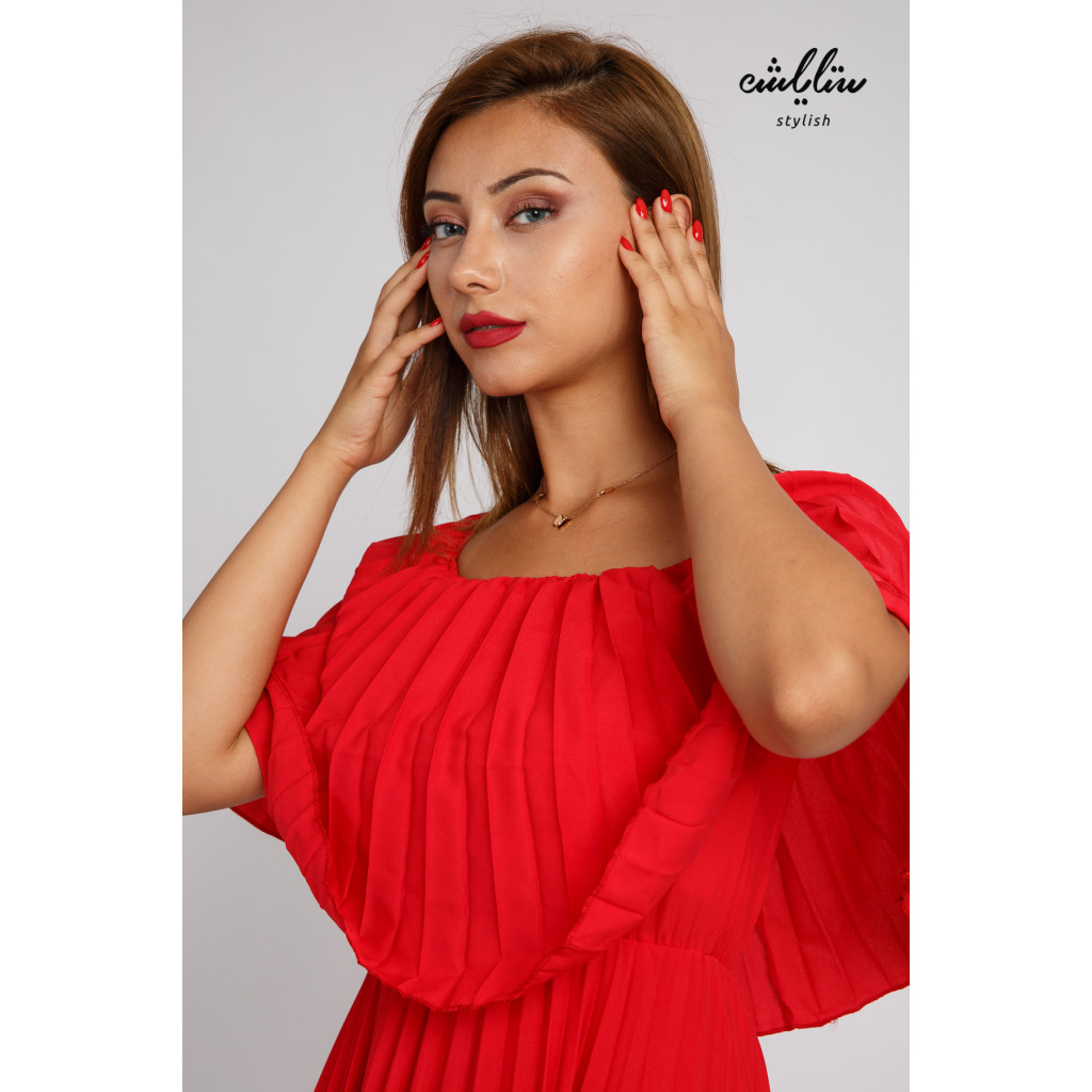 A long red beletsé dress and sleeves of schulder with a sophisticated and attractive look
