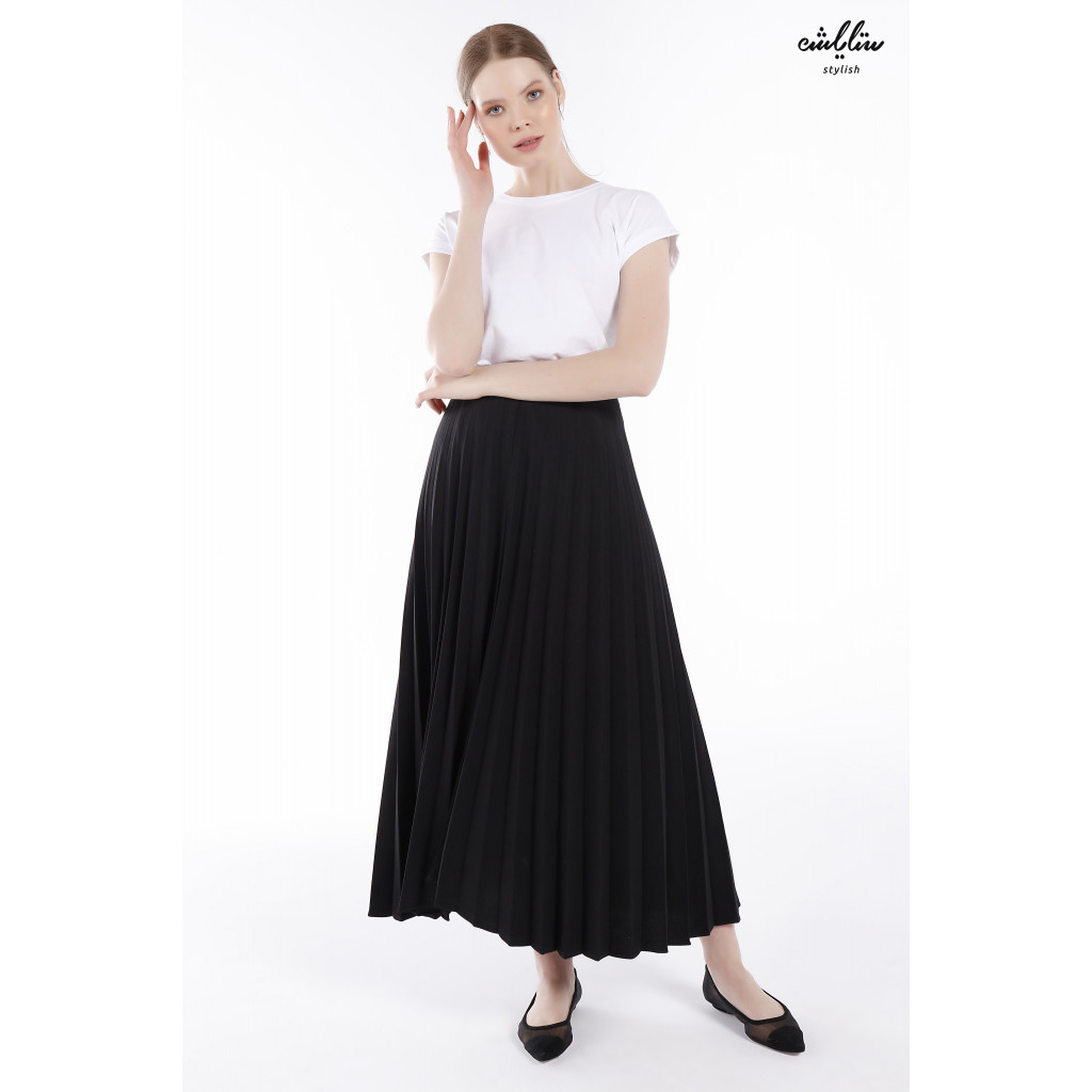 Black plissie skirt in soft touch for a charming look.