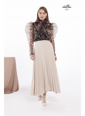 A long cream plissé skirt in attractive shape.