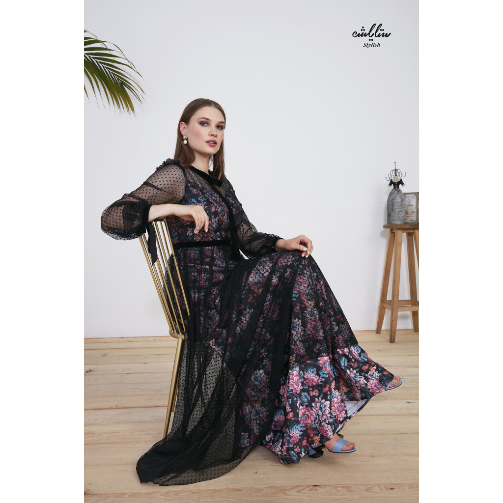A dress full of sophistication and luxury with a refined material of satat satin and a layer of chiffon