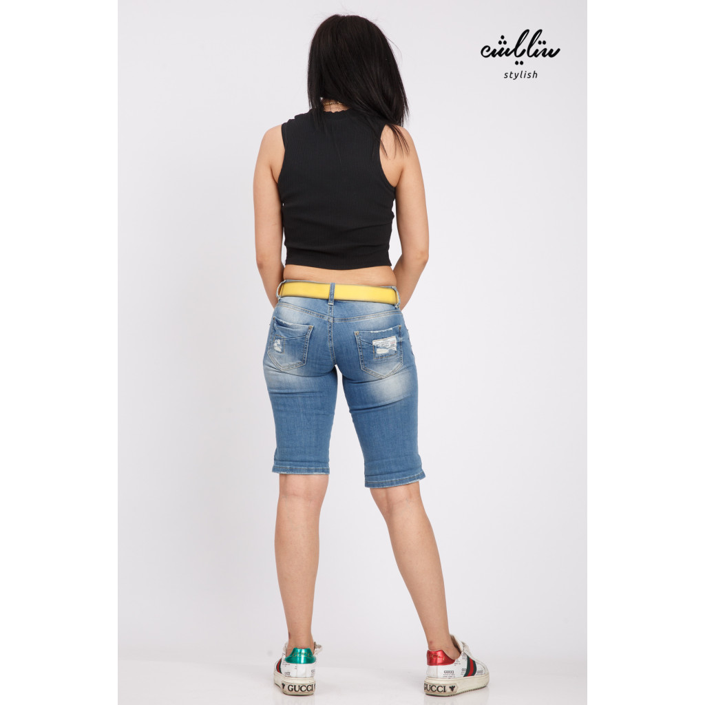 Jeans shorts with a sleek design and a great colored belt