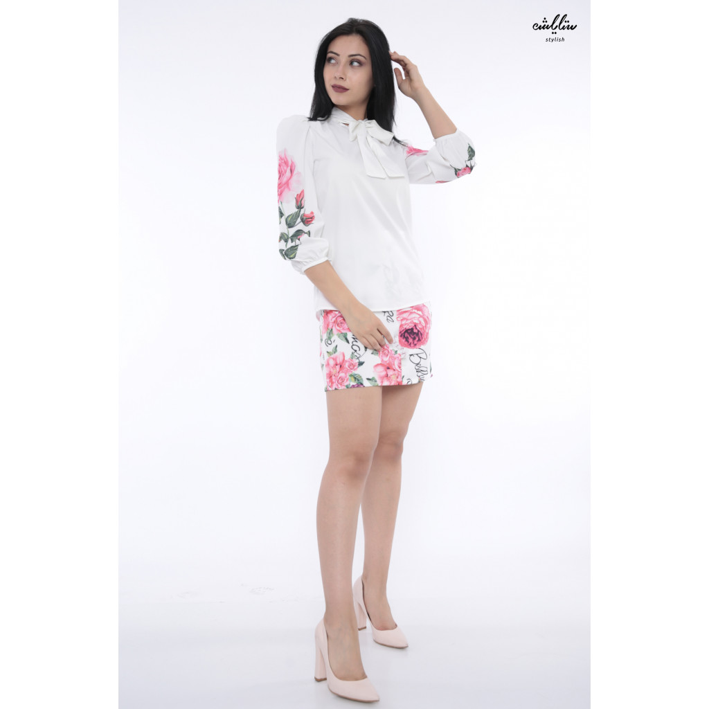 Elegant white and short skirt decorated with a touch of roses that increases the softness