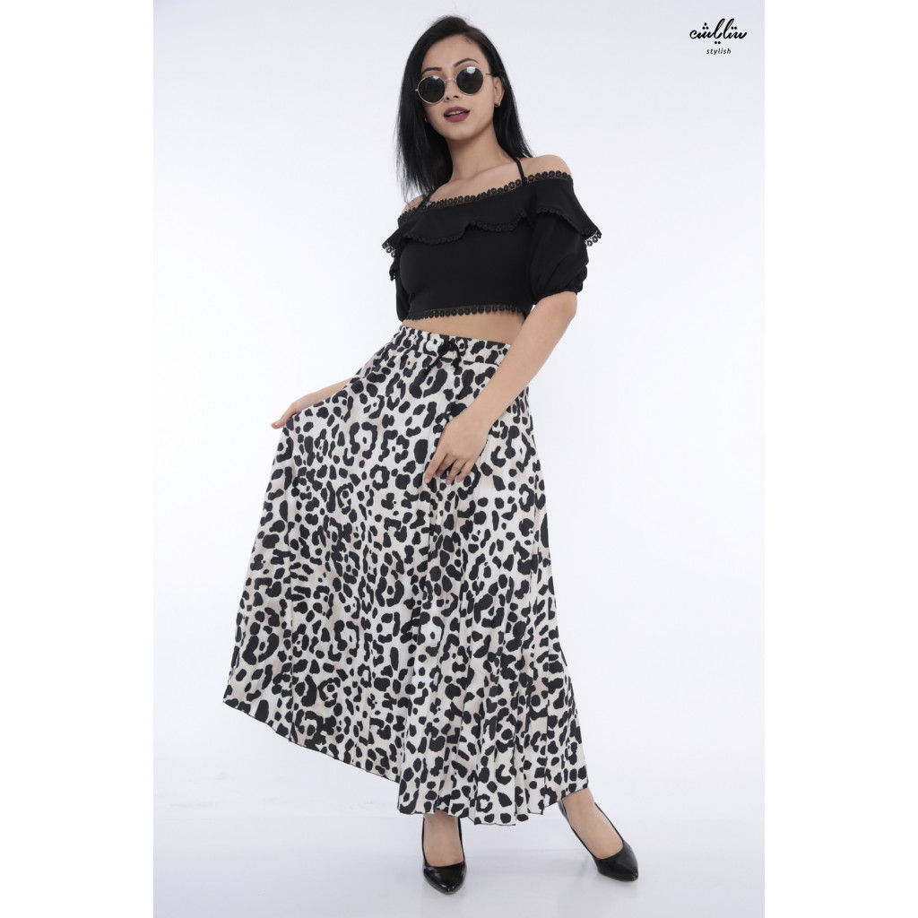 Soft look for a set of black top and a wide maxi skirt crisp attractive