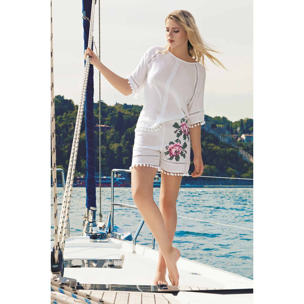 Elegant white set with nice prints on the shorts decorated with a view of the parties for an attractive look
