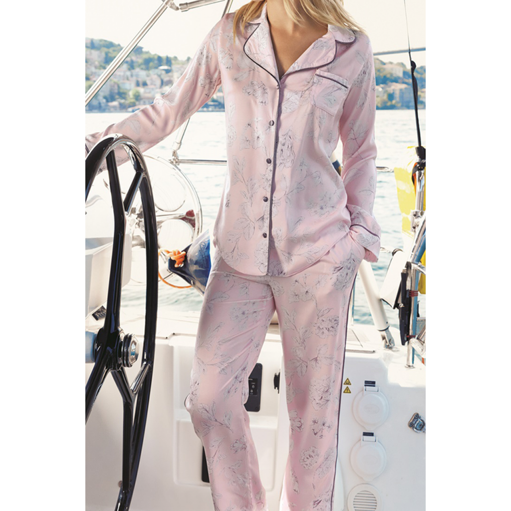 Elegant pajama set with buttons and formal collar in pink, with a soft and cold-colored design