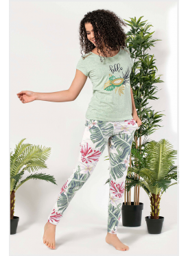 Pajama is all soft in a blouse with a thread behind the back and trousers in the leaves of the foliage crisp attractive