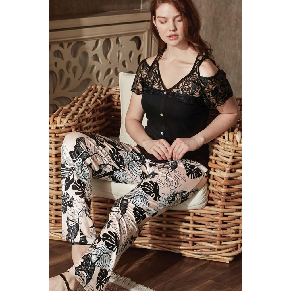 A very luxurious set with a bare shoulder blouse in black adorned with lace and crisp