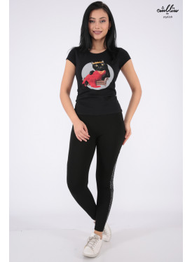 Elegant black T-shirt with outstanding details in the form of a nice cat print for beautiful view