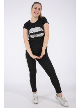 Elegant black T-shirt with outstanding details for a beautiful view