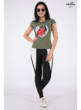 Stylish oil-colored T-shirts with a nice cat-shaped detail for a beautiful view