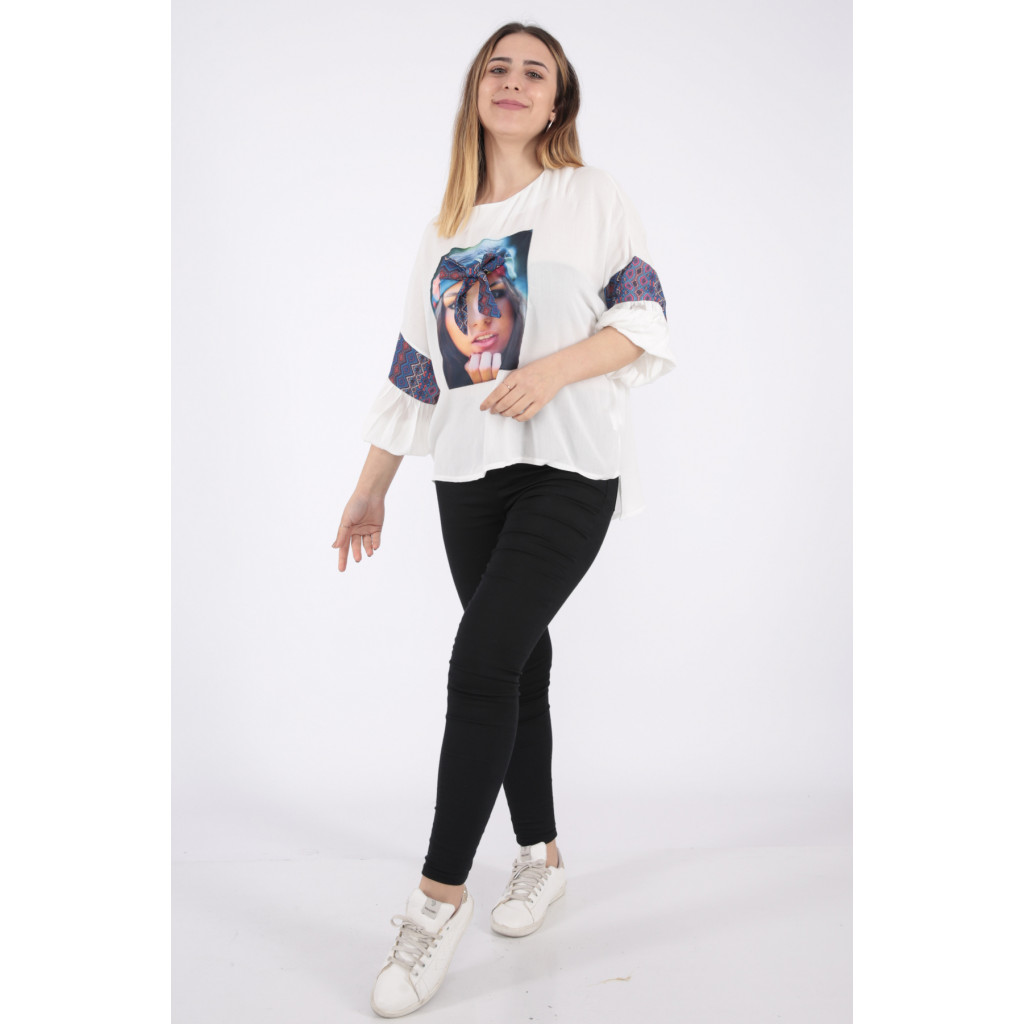 Elegant white blouse with medium length and high collar with soft print decorated with prominent Pyeonque