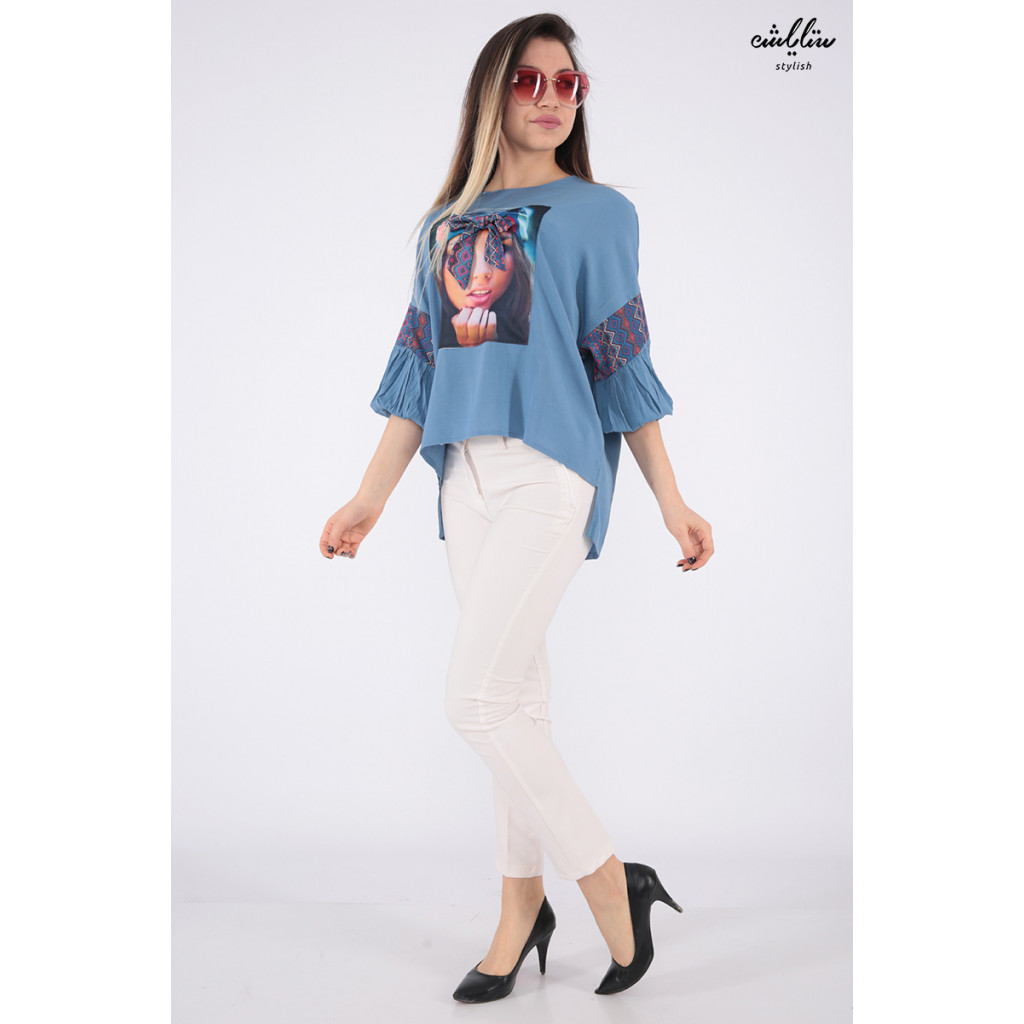 Elegant blue blouse with medium height and high collar with soft print decorated with prominent Pyeonque