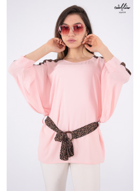 Elegant look for a blouse in pink with a strap and prints of the design of the leopard skin wide to add an attractive touch