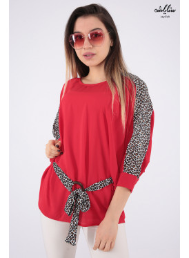 Elegant look for a blouse in red with a strap and prints of the design of the leopard skin wide to add an attractive touch