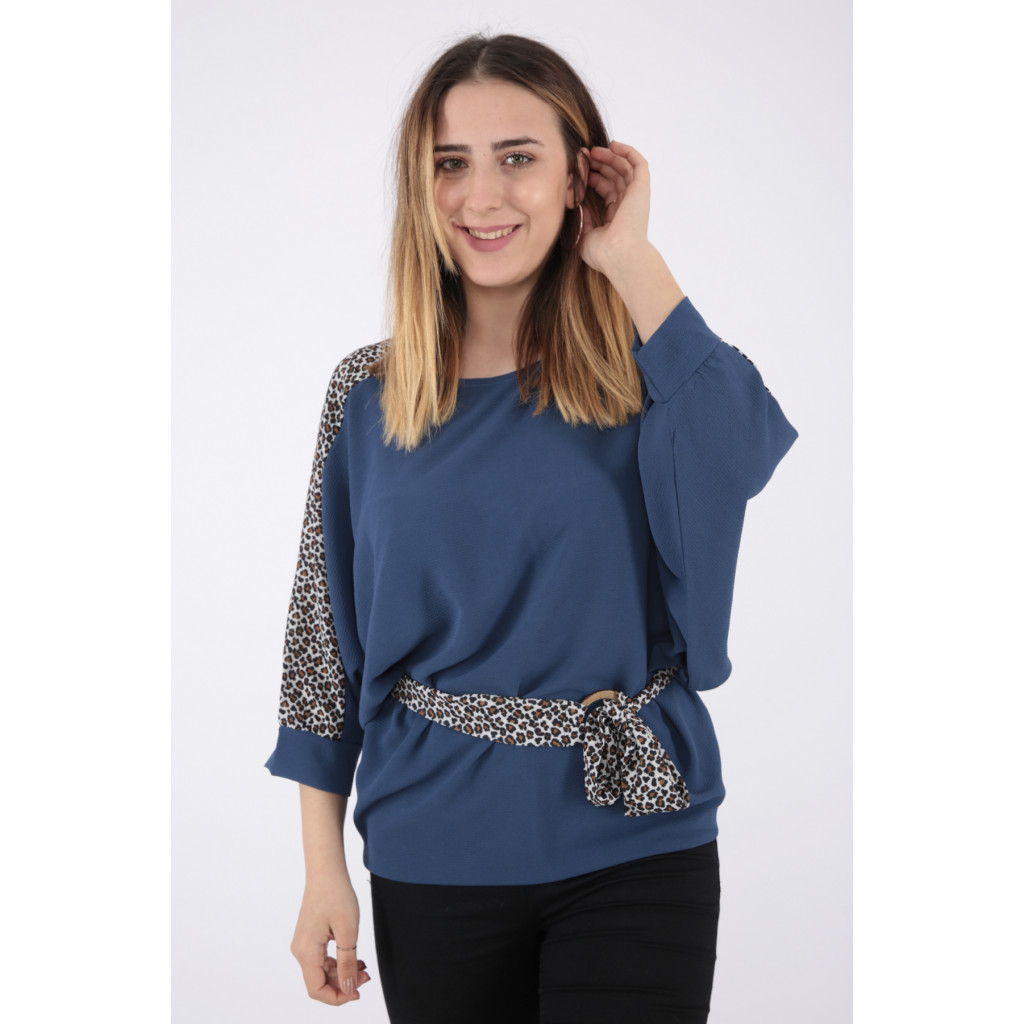 Elegant look for a blouse in blue with a tie and prints of the design of the leopard skin wide to add an attractive touch