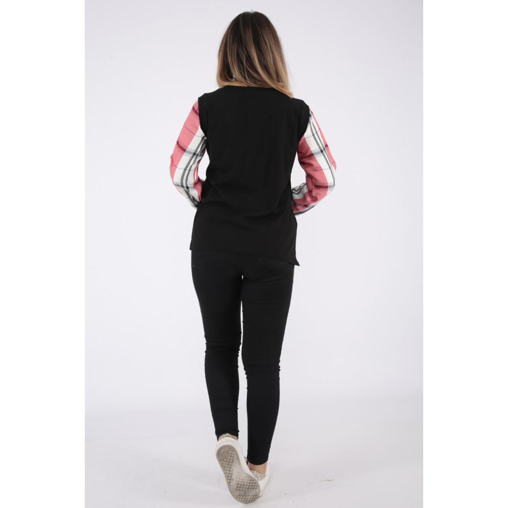 Elegant black blouse with long sleeves to give a modern touch