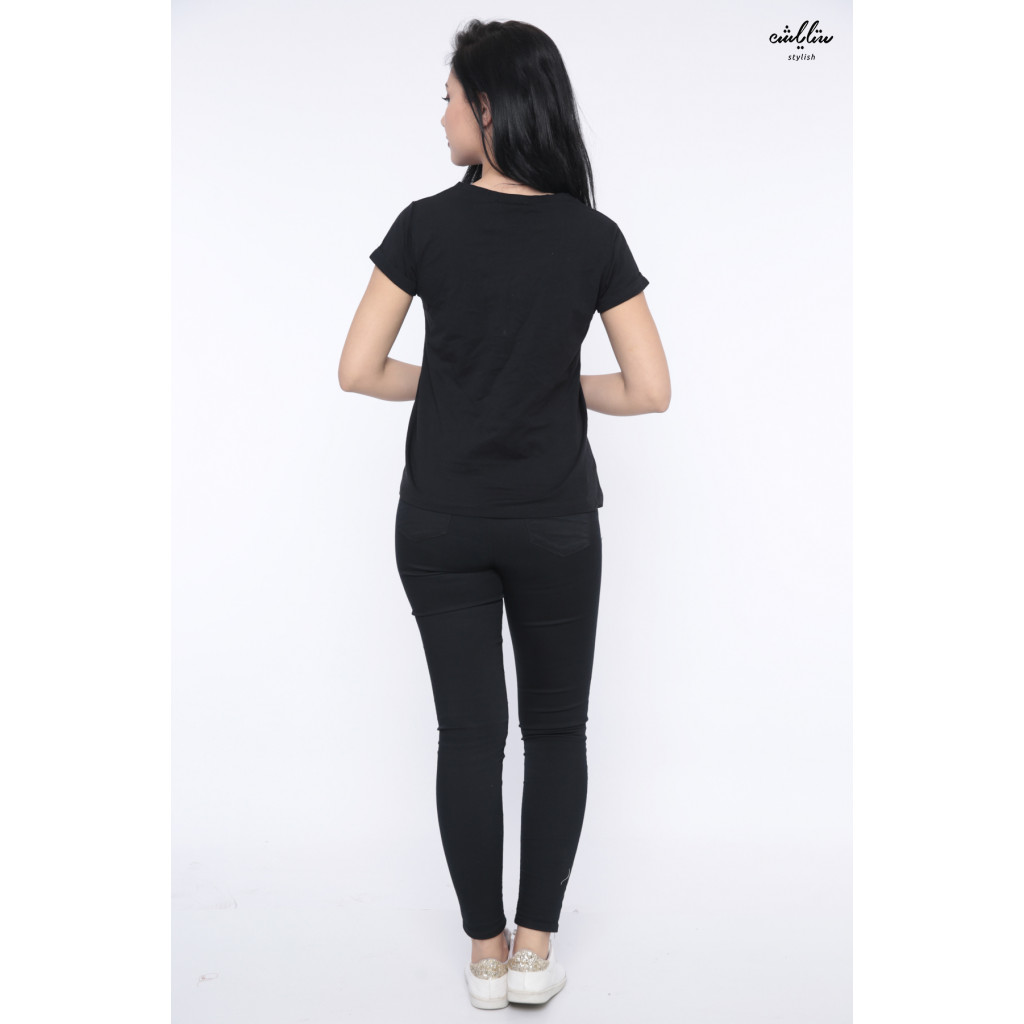 The all-in-a-black soft T-shirt is decorated with a prominent twist to give an appealing touch