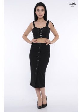(The romance of the Seventies stands out in this black skirt decorated with buttons (Rubber