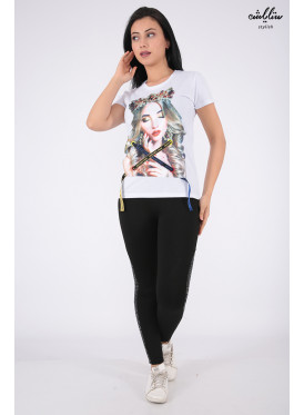 Stylish white T-shirt with nice prints and pearl for beautiful view
