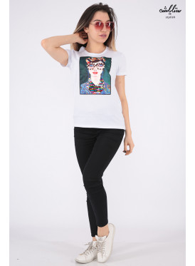 Elegant white T-shirt decorated with pearls, sequins and highlights
