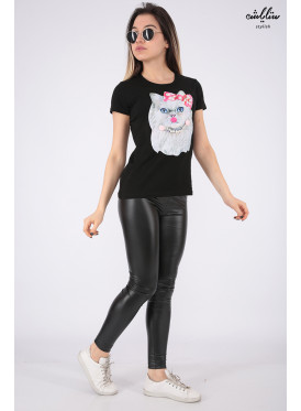 Elegant black T-shirt with outstanding details in the form of a cute, pearl-embellished cat for a beautiful view