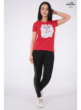 Elegant red T-shirt with outstanding details in the form of a cute cat decorated with pearls for a beautiful view