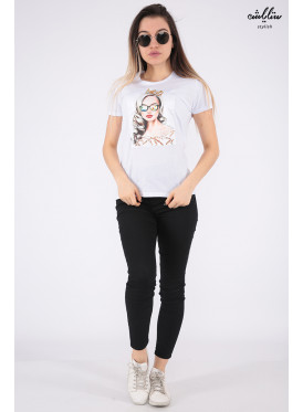 Soft white T-shirt decorated with crystal and salient details