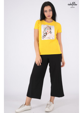 Soft yellow T-shirt decorated with crystal and salient details