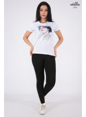Elegant white T-shirt with nice prints and outstanding details for a beautiful view