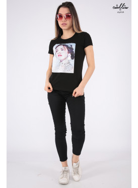 Elegant black T-shirt with nice prints and outstanding details for a beautiful view
