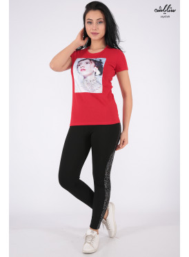 Elegant red T-shirt with nice prints and outstanding details for a beautiful view