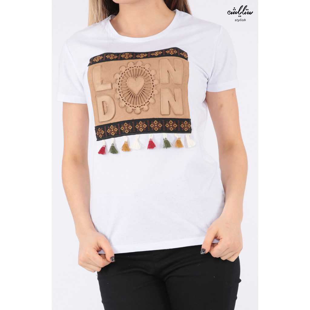 Elegant white T-shirt with outstanding details for a beautiful view