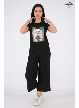 Elegant black T-shirt decorated with pearls and outstanding details